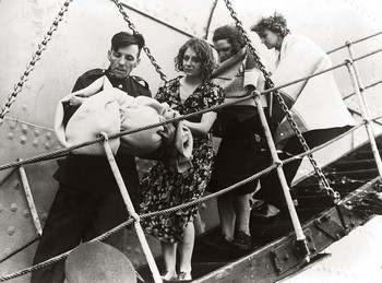People stepping off the SS Athenia in 1939