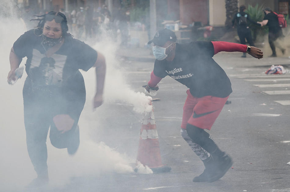 Beverly Hills: Two demonstrators flee as police throw tear gas into the crowd. (Bing Guan, summer 2020)